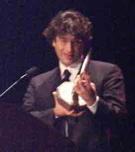 Neil Gaiman with his Hugo - Copyright © 2002, Suzanne Gibson.