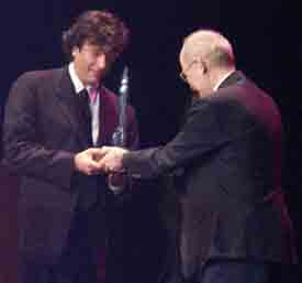 Neal Gaiman getting the Hugo from Vernor Vinge - Copyright © 2002, Suzanne Gibson.